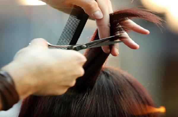 ब्युटी पार्लरमध्ये केस कापण्याची हौस महागात, कोल्हापुरात मालकिणीसह दोन ग्राहकांवर गुन्हा