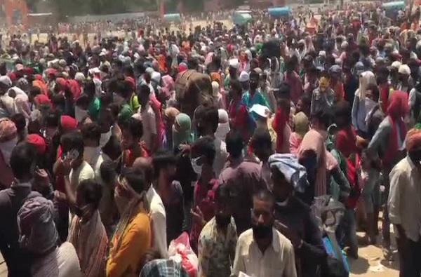 Ghaziabad Crowd | गाझियाबादमध्ये हजारो मजुरांची गर्दी, 500 मीटरच्या परिघात कोरोनाग्रस्त