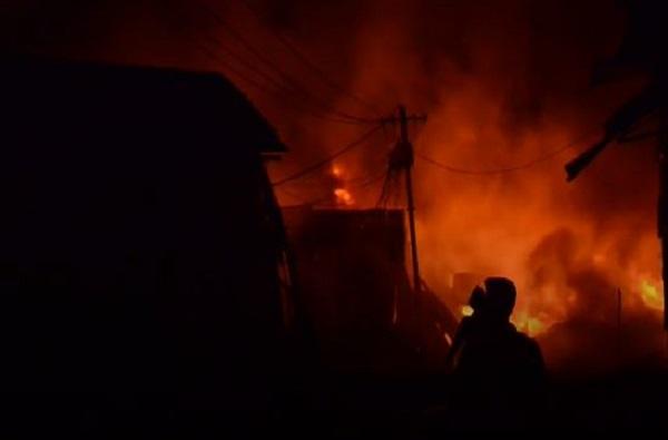 अकोल्यातील मूर्तिजापुरात रेल्वे कार्यालयाला आग, निवृत्तीच्या वाटेवर असलेल्या कर्मचाऱ्यांचे रेकॉर्ड जळाले