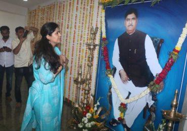 बीड जिल्हाधिकाऱ्यांच्या विनंतीला मान, गोपीनाथ मुंडेंच्या स्मृतिदिनी पंकजांचा परळी दौरा रद्द