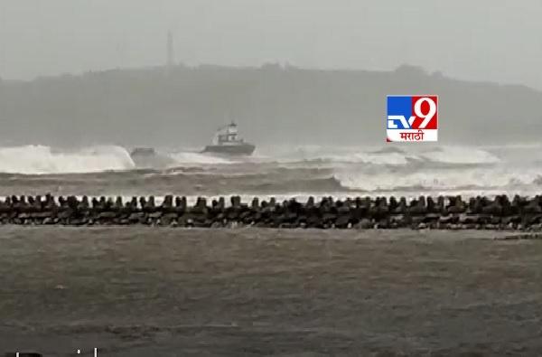 VIDEO   रत्नागिरीत मिऱ्या समुद्रावर भरकटलेले जहाज संरक्षक भिंतीवर धडकले