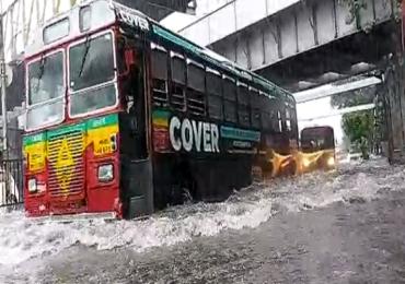 PHOTO : Mumbai Rain : मुंबईत जोरदार पाऊस, सखल भागात गुडघाभर पाणी