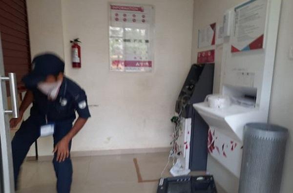पैसे काढायला गेल्यावर कार्ड ATM मध्ये अडकलं, थेट मशिनच फोडलं, तरुणाला जेल