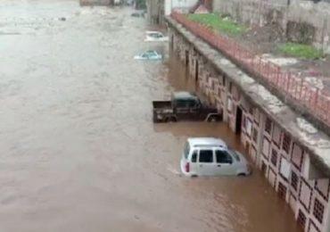 Nashik Rain | पहिल्याच पावसात गोदावरीने धोक्याची पातळी ओलांडली, नदी पात्रात वाहनं अडकली