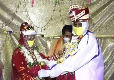 नवरदेव पीपीई किट घालून बोहल्यावर, नवरीच्या डोक्यावर प्लास्टिक हेल्मेट, अनोखा विवाह सोहळा