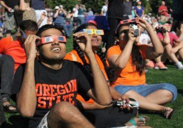 Solar Eclipse: सूर्यग्रहण कसं पाहावं, 'या' गोष्टी करणं धोकादायक ठरु शकतं