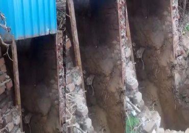 शौचालयाच्या टाकीत पडलेला मोबाईल काढताना बाप-लेकाचा मृत्यू