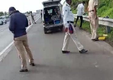 पुणे-मुंबई एक्स्प्रेस वेवर वाहनाची धडक, टेम्पो चालक-क्लिनरचा जागीच मृत्यू