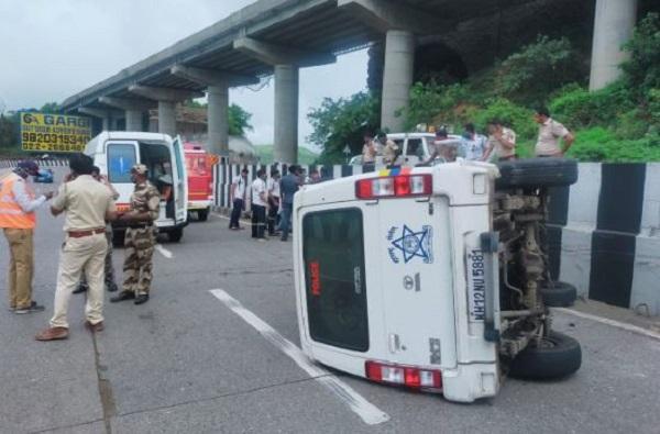 शरद पवारांच्या ताफ्यातील पोलिसांची गाडी उलटली, एक्स्प्रेस वेवर अपघात