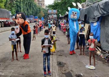 PHOTO : झोपडपट्ट्यांमधील मुलांसाठी सायन फ्रेण्ड्स सर्कलकडून अनोखा उपक्रम