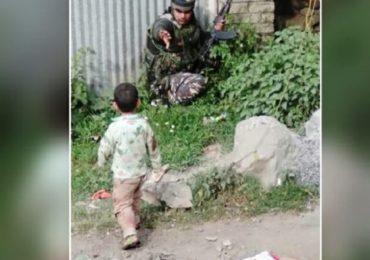 आजोबाच्या मृतदेहावर नातू, काश्मीरमधील दहशतवादी हल्ल्याचं हृदय पिळवटून टाकणारं दृश्य