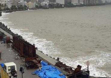 PHOTO : मुंबईत जोरदार पाऊस, मरिन ड्राईव्हवर उंच लाटा