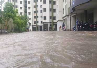 नवी मुंबई सिडको 'स्वप्नपूर्ती'ची पहिल्याच पावसात 'जलपूर्ती', गुडघ्याभर पाण्यात सापांचा वावर