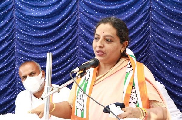 महाराष्ट्रात दिलदार मुख्यमंत्री, फडणवीसांना सत्ता गेल्याचं सहन होईना : यशोमती ठाकूर