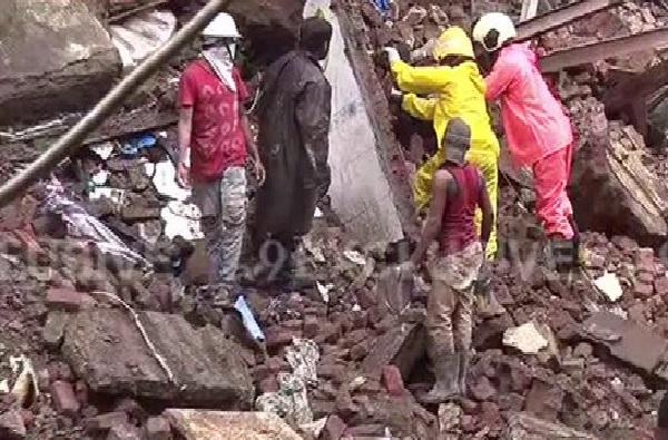 Mumbai Building Collapse | मुंबईत रहिवाशी इमारतीचा भाग कोसळला, चौघांना सुखरुप बाहेर काढण्यात यश