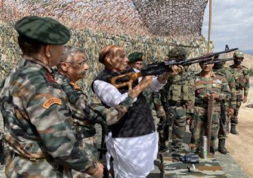 Rajnath Singh in Leh | राजनाथ सिंह यांच्या हाती पिका मशीनगन, लेह दौऱ्यात शस्त्रसज्जतेचा आढावा