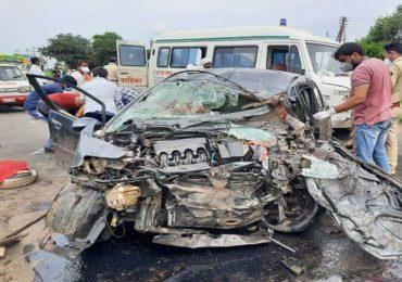 Akola accident   अकोल्यात होंडा सिटी आणि ट्रकची धडक, पती-पत्नीसह दोन चिमुकल्यांचा मृत्यू