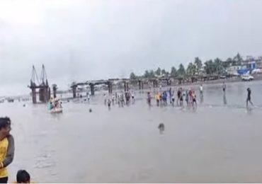 VIDEO : अर्नाळा समुद्रकिनारी क्रिकेटचा डाव, पोलिसांची गाडी पाहून क्रिकेटपटूंच्या समुद्रात उड्या