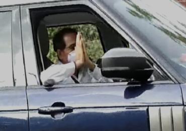 मुख्यमंत्र्यांच्या ड्रायव्हिंगचं कसब, हात सोडून नमस्कार, स्टिअरिंगवर कसलेले हात