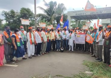 Milk Agitation LIVE: अहमदनगरमध्ये दूध दरवाढ आंदोलनात गर्दी,राम शिंदे यांच्यासह 28 जणांवर गुन्हा दाखल