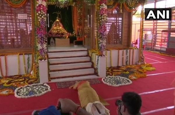 PHOTO | पंतप्रधान मोदींनी प्रभू रामाला साष्टांग दंडवत घातला तो क्षण
