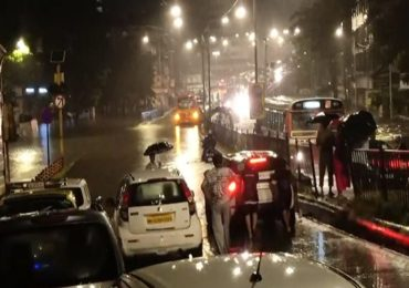 Mumbai Rain : मुंबईत कोसळधार, अनेक ठिकाणी गुडघाभर पाणी, लोकल ट्रेन अडकल्या