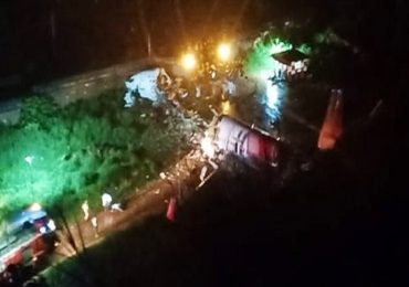 Air India Plane Skids | केरळमध्ये एअर इंडियाचं विमान रन वेवरुन घसरलं, विमानाचे दोन तुकडे, 14 जणांचा मृत्यू