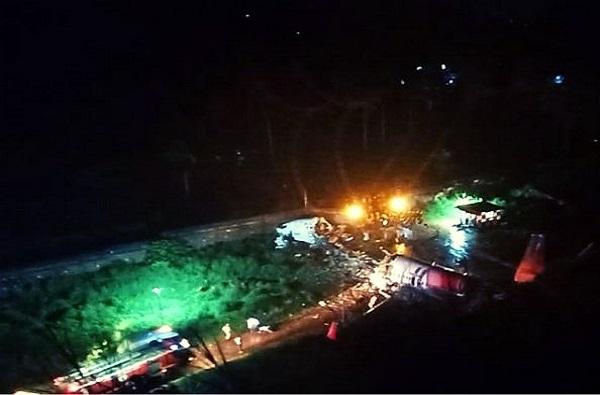 Kerala Plane Crash Photos: केरळमध्ये विमानाचा थरकाप उडवणारा अपघात, 30 फूट खाडीत कोसळून दोन तुकडे