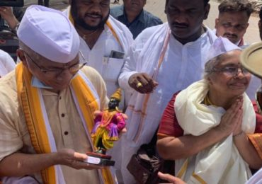 'आजपासून मंदिरं खुली झाली असं समजा', प्रकाश आंबेडकरांचं विठ्ठल मंदिरात प्रवेश करत आंदोलन