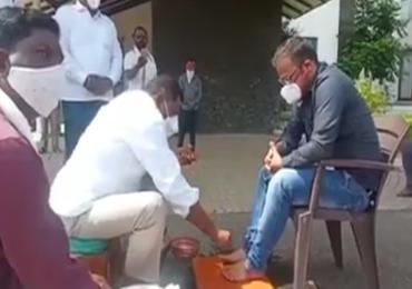 बँक मॅनेजरला घरी बोलावून पाय धुतले, आमदार सुरेश धस यांची गांधीगिरी
