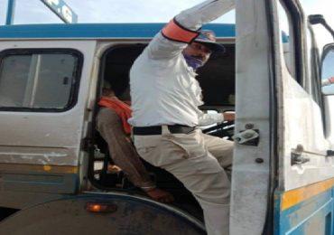 धावत्या गॅस टँकरमध्ये चालक बेशुद्ध, जिगरबाज पोलिसाने शिताफीने टँकर थांबवला, सोलापुरात थरार