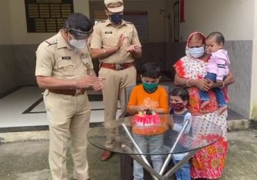 कोरोनाग्रस्त आई-वडील रुग्णालयात, पोलिसांकडून घरी जाऊन चिमुरड्याचा बर्थडे सेलिब्रेट