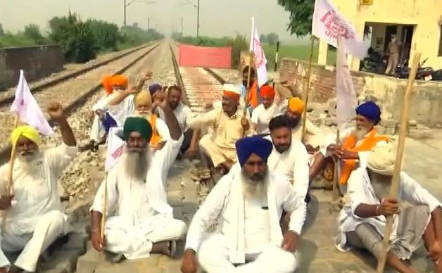 कृषी विधेयकांविरोधात पंजाबमध्ये 'रेल रोको', 14 रेल्वे रद्द, शुक्रवारी राज्यव्यापी बंद