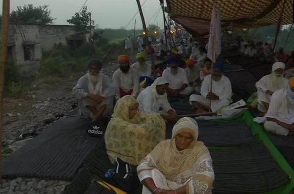 Bharat Band LIVE   कृषी विधेयकाविरोधात 'भारत बंद', स्वाभिमानी शेतकरी संघटनेकडून कृषी विधेयकाच्या जीआरची होळी