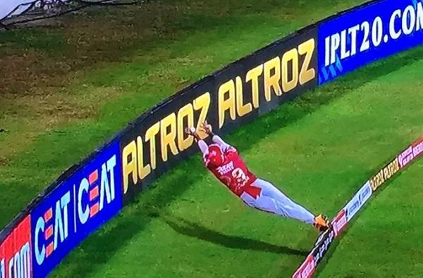IPL 2020, RR vs KXIP : निकोलस पूरनची बाउंड्री लाईनवर भन्नाट फिल्डींग, प्रशिक्षक जॉन्टी ऱ्होड्सकडून कौतुक