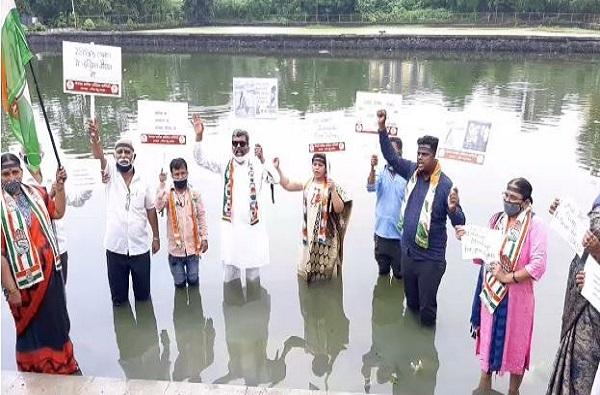 नवी मुंबईत हाथरस घटनेच्या निषेधार्थ कॉंग्रेसचे पाण्यात उतरुन सत्याग्रह आंदोलन