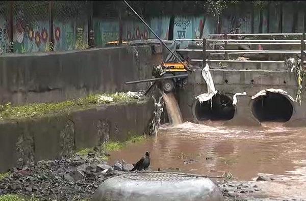 Pune Rains LIVE: मुसळधार पावसानं कात्रज उड्डाणपुलाचा रस्ता उखडला