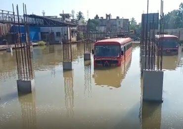 Photo | अतिवृष्टीमुळे बीड बसस्थानकाला तळ्याचं स्वरुप, बसेस पाण्यात