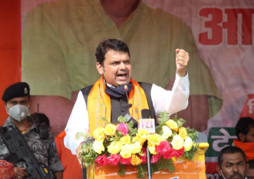 'सुशांतला न्याय द्या', बिहारच्या सभेत घोषणाबाजी; फडणवीसांनी जोडले हात