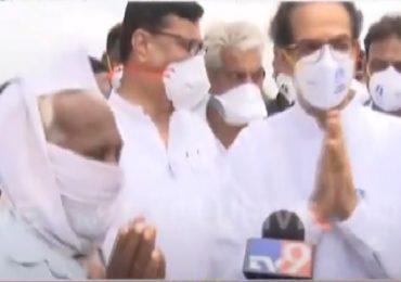 Uddhav Thackeray Solapur Visit | सत्तर वर्षांत इतका पाऊस पाहिला नाही, वृद्ध शेतकरी रडवेला, उद्धव ठाकरेंकडून धीर