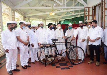 PHOTO : राज्यपालांच्या हस्ते मुंबईतील डबेवाल्यांना सायकल वाटप