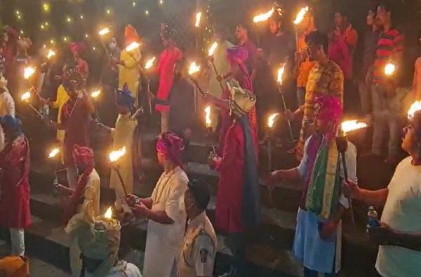 Photo : 360 मशालींच्या प्रकाशानं 'प्रतापगड' उजळला, भवानीमातेच्या मंदिराला 360 वर्ष पूर्ण