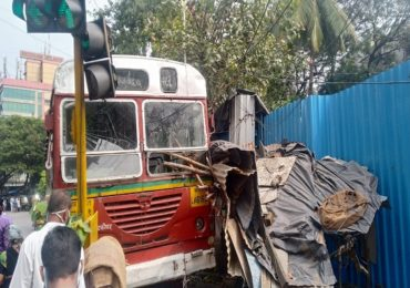 PHOTO : मुंबईत बेस्ट बसला अपघात, चालकाला हृदयविकाराचा झटका आल्याने बस थेट भाजीच्या दुकानात