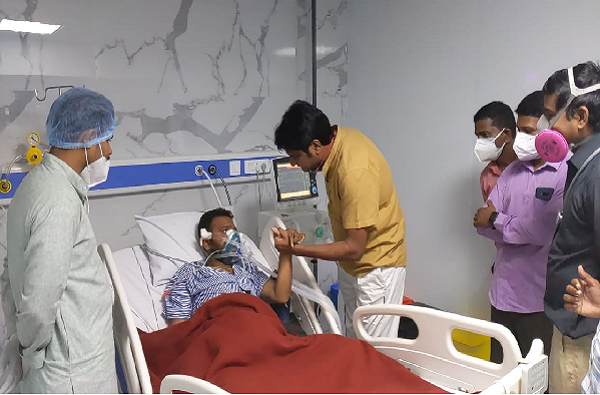 कार्यकर्त्याला कोरोनाची लागण, प्रशांत गडाखांनी रुग्णालयात जाऊन घेतली भेट, भेटीची नगर जिल्ह्यात एकच चर्चा