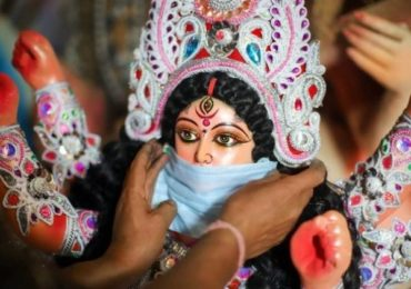 Navratri Photos: कुठं दुर्गा मातेच्या मूर्तीला मास्क, तर कुठे वादळग्रस्तांच्या फोटोंसह आदरांजली