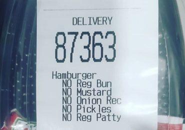 महिलेने ऑर्डर केलं बर्गर तर दुकानदाराने पाठवलं फक्त केचअप, कारण वाचून पोट धरून हसाल