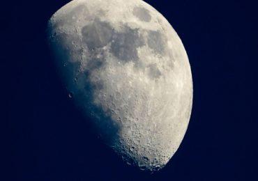 चंद्राच्या पृष्ठभागावर सापडलं पाणी; नासाच्या शास्त्रज्ञांची मोठी घोषणा