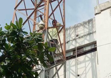 सोलापुरात शेतकऱ्याचे शोले स्टाईल आंदोलन, टॉवरवरुन खाली उतरवताना प्रशासनाच्या नाकीनऊ