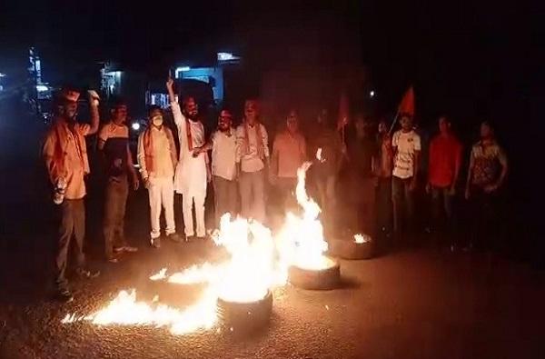 आरक्षण प्रकरणी औरंगाबादेत मराठा समाज आक्रमक, टायर जाळून रस्ता अडवला