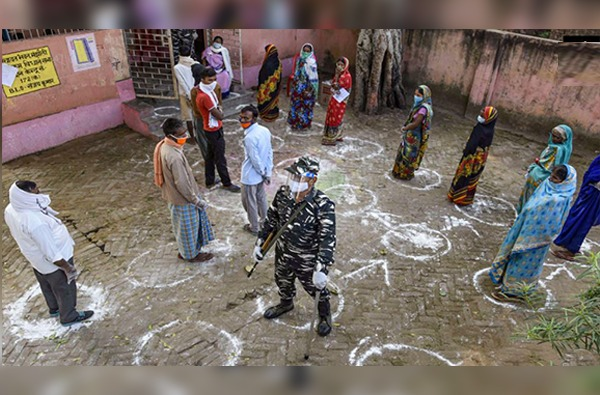 Bihar Election 2020 : तोंडाला मास्क, हातात ग्लोव्हज, बिहार निवडणुकीच्या मतदानाचे काही फोटो